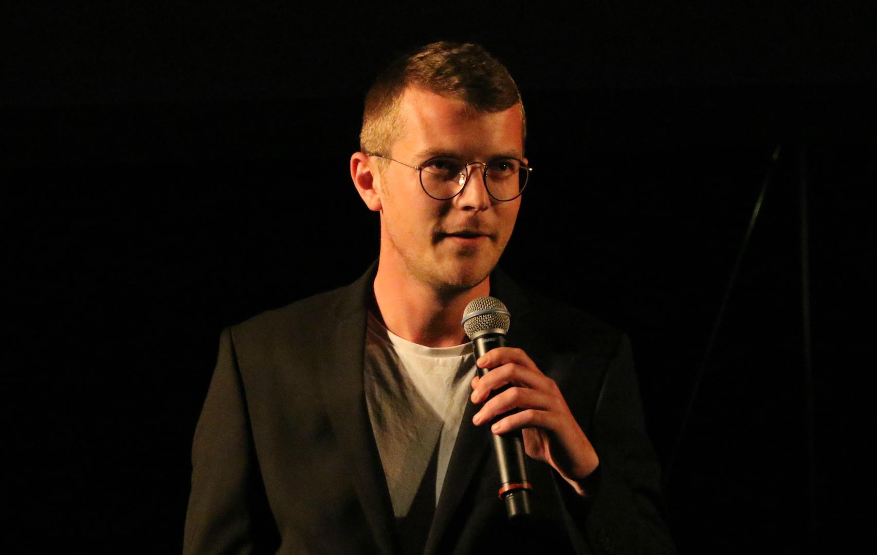 Sigurd Hartkorn overrækker Særprisen til Den Korte Radioavis. Fotograf: Per Ryolf