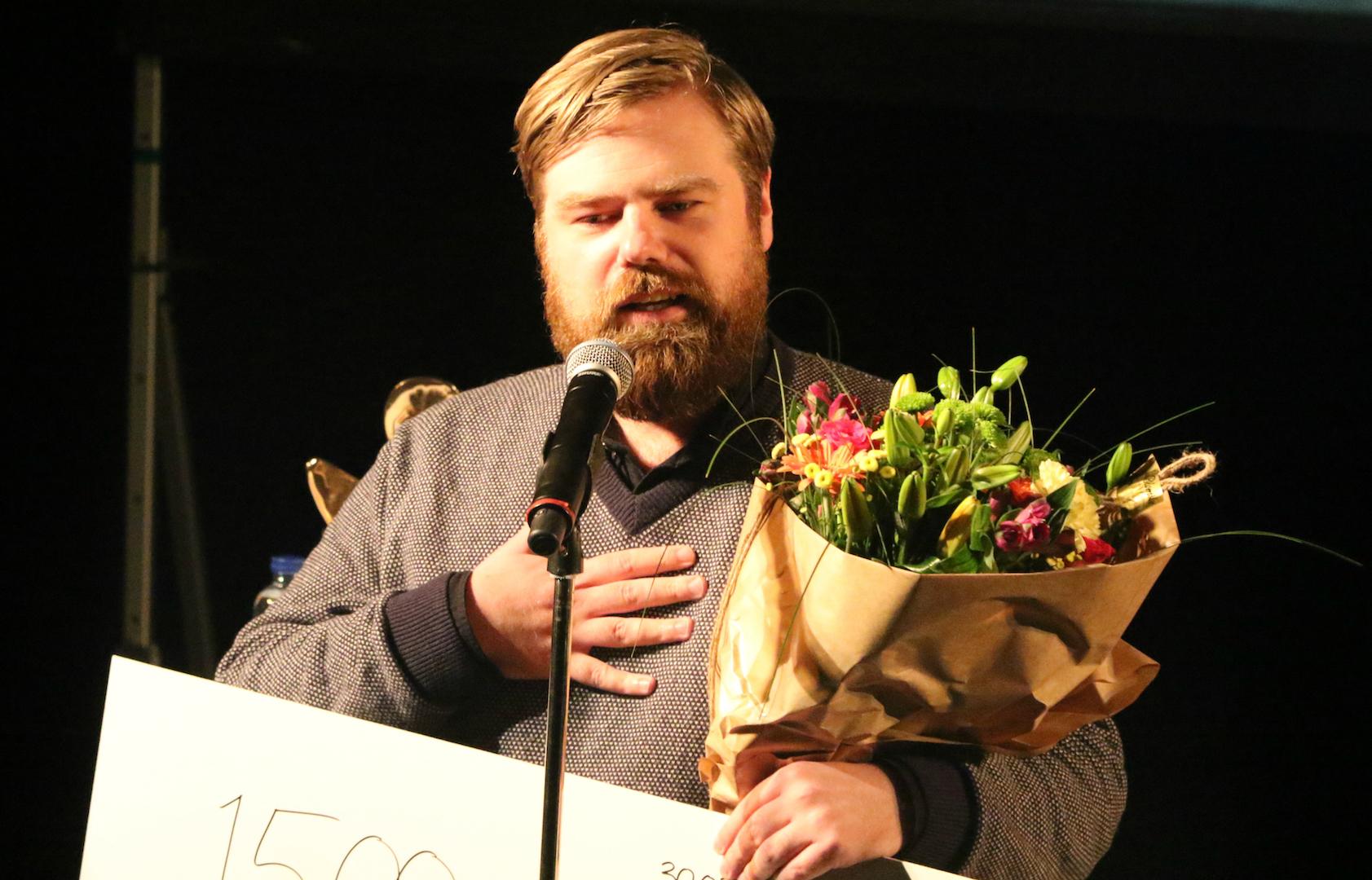 Allan Gravgaard Madsen modtager Særprisen på vegne af hele holdet bag Den Korte Radioavis. Fotograf: Per Ryolf